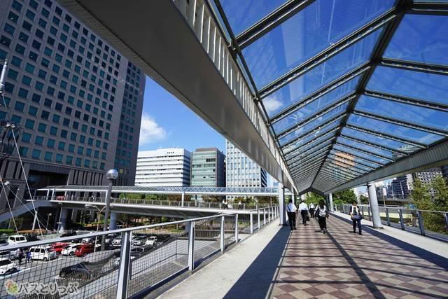 新大阪駅からは屋根付きの陸橋で安心