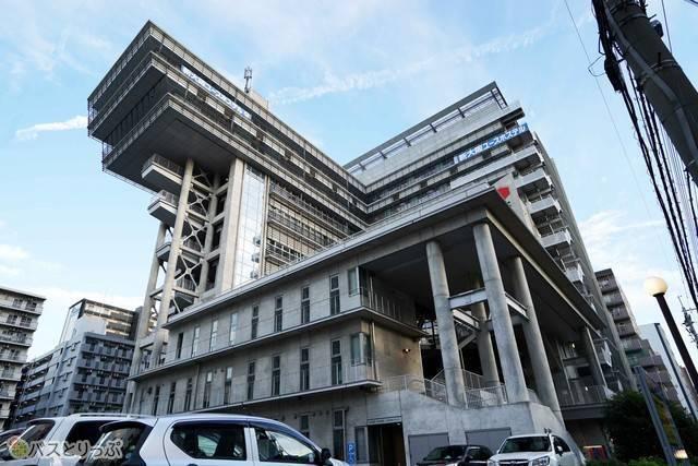 新大阪から徒歩5分の立地にそびえるユースホステル