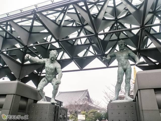 一心寺。鉄骨づくりの山門と人間の彫刻風の仁玉像