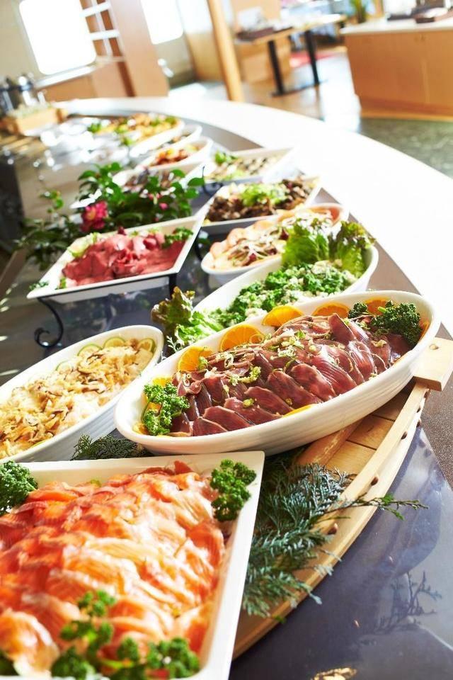 ローストビーフや豚ロースのマリネ、新鮮なお刺身などメニューは和・洋・中
