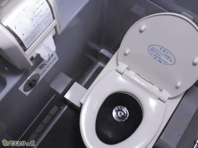 車内最後部にはトイレも付いてます