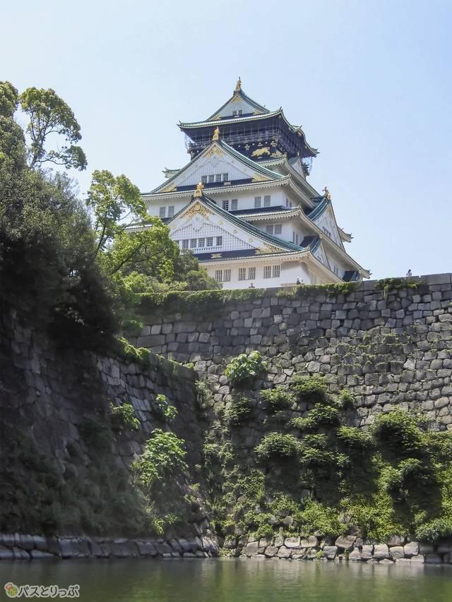 見上げる大阪城は圧巻!