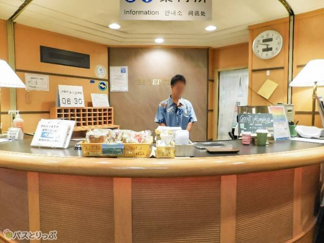 朝の案内所ではパンやコーヒーを販売。軽食派には助かります!