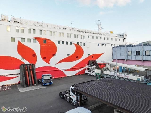 乗り場2Fからタラップで接続、船へと乗り込みます