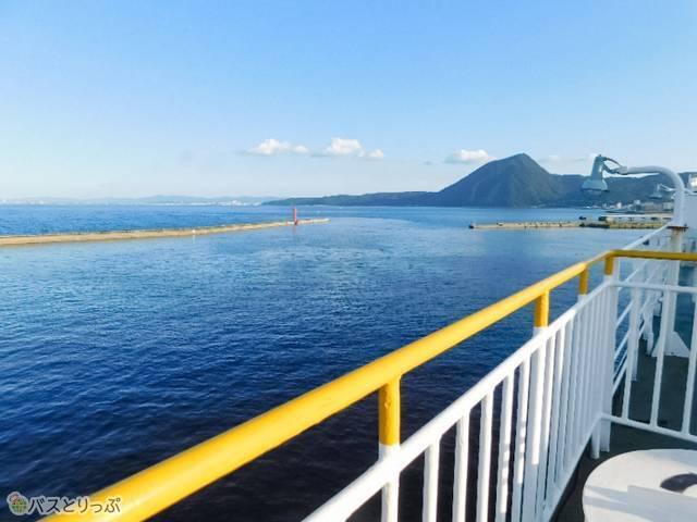 展望デッキ。鉄柵の向こうはすぐに海!