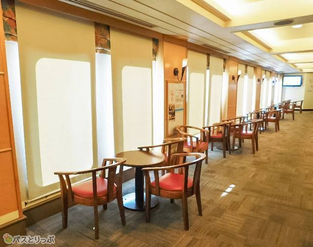 プロムナードの窓際席は海を見下ろす特等席