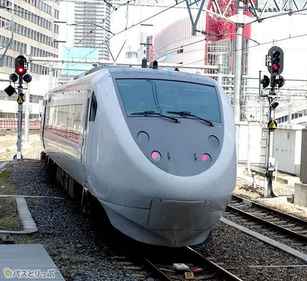 特急サンダーバードは現在も大阪駅から金沢駅を結ぶ(一部は和倉温泉駅まで)(大阪から富山へは高速バスで)