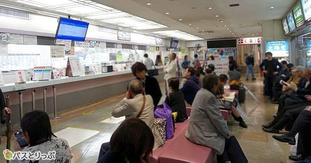 売店、自動販売機、トイレも完備。待合室で時間を過ごしてもOK(大阪から富山へは高速バスで)