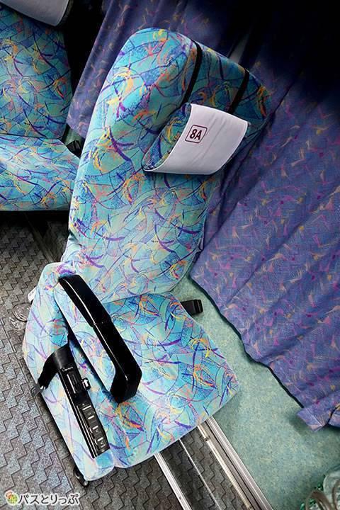座席のカーブが背中から腰にフィットして思った以上の座り心地(大阪から富山へは高速バスで)