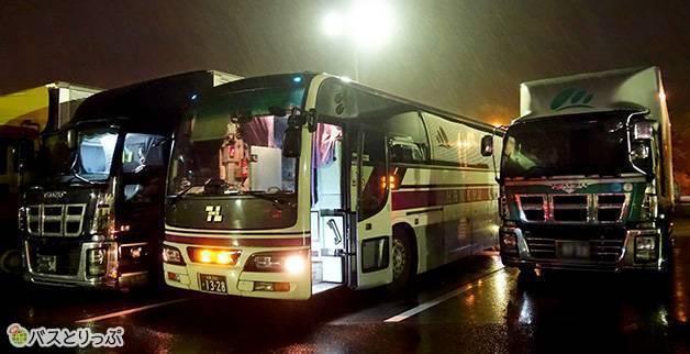 途中休憩は草津サービスエリアで。23:50頃(大阪から富山へは高速バスで)