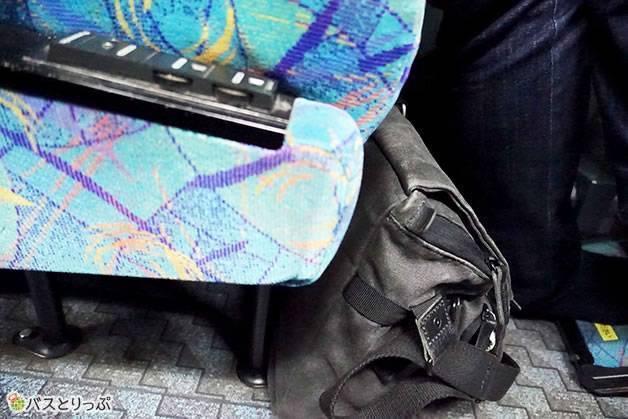 足下のスペースは広く、少し大きめのショルダーバックでも置けそう(大阪から富山へは高速バスで)