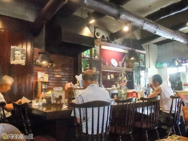 カフェ・バール こうべっこ 店内は常連客が多い