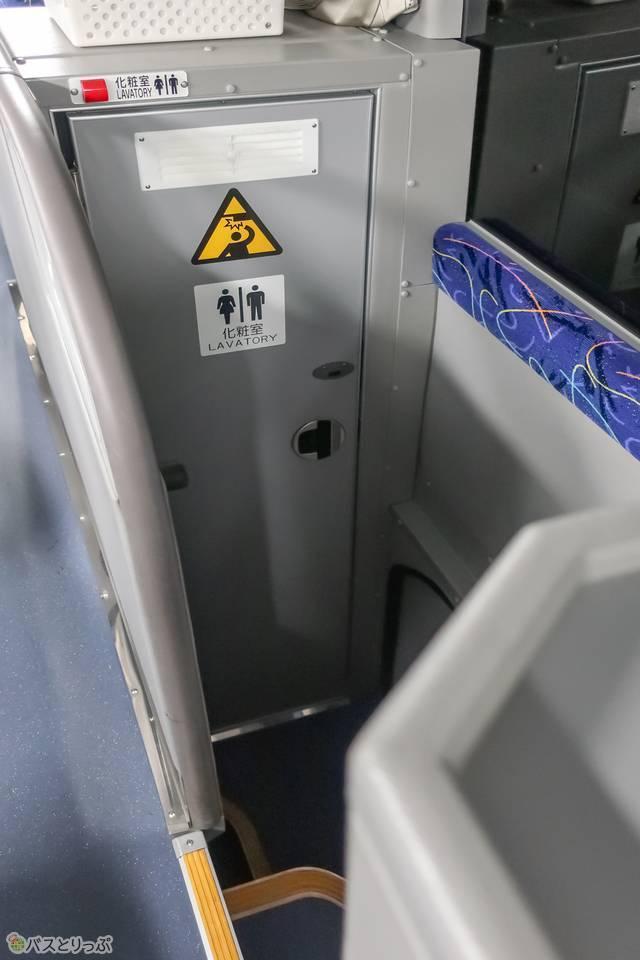 車内中央にあるトイレ.JPG