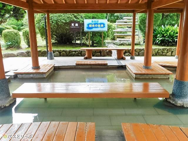 無料足湯は源泉100%。タオル購入可能、ビニール袋無料