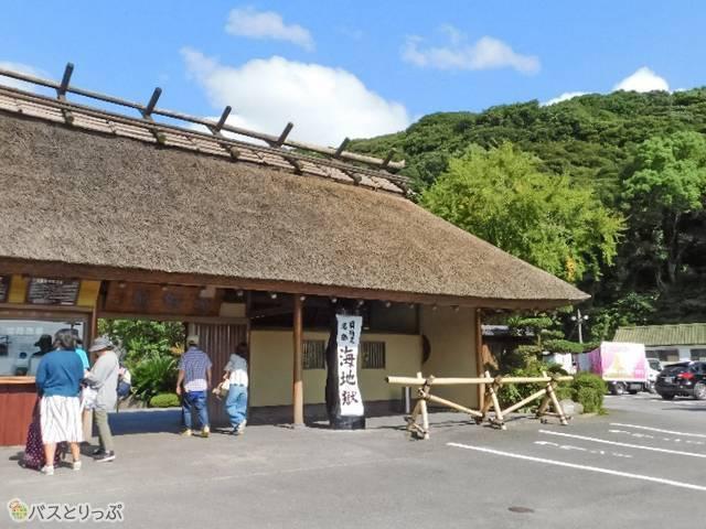 入口の「長屋門」は古き良き山里の風情