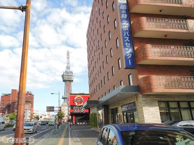 バス停「別府北浜」は北浜バスセンターのすぐ前。別府タワーも間近に見えます