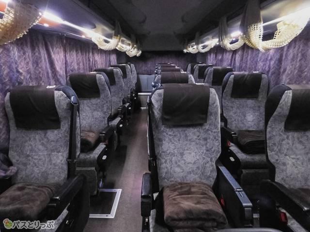 3列独立シートは1座席ずつカーテン仕切りつき