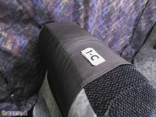 座席番号はシートの上。入って右手側から順にA、B、Cの3列形式