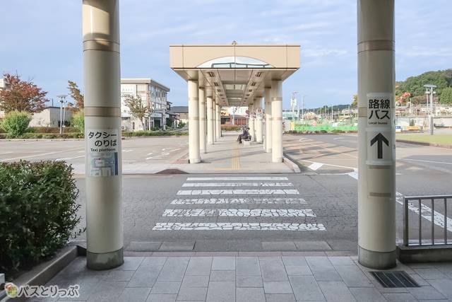 出てすぐ目の前にあるのが「加賀温泉駅」乗り場