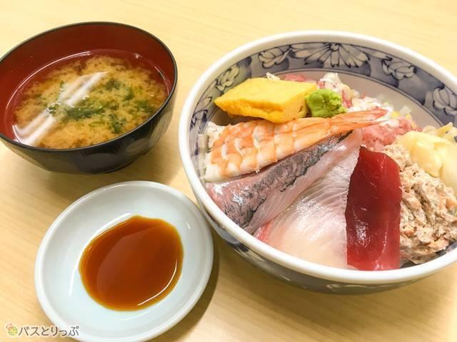 「目さまし海鮮丼」