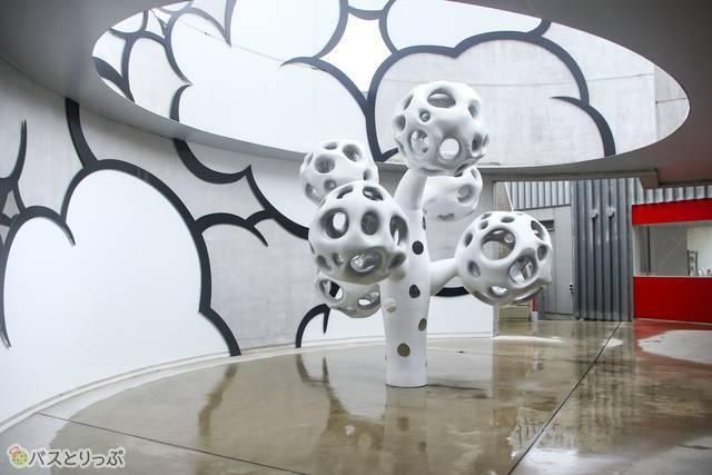日本のアーティストユニット「KOSUGE1-16」の作品