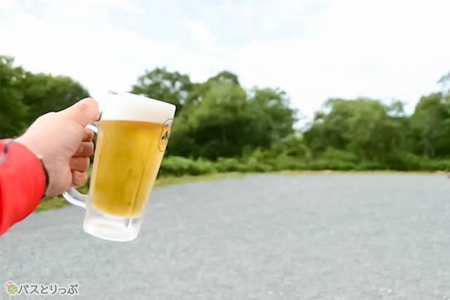 鳩待峠の食堂で生ビール。ん〜、キンキンのグラスに綺麗な泡がいい感じ!