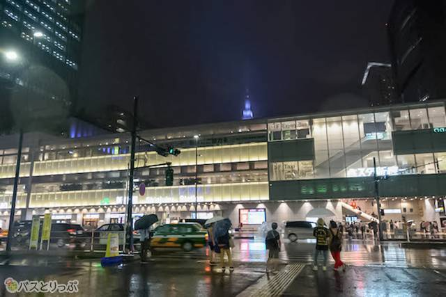 バスタ新宿の前はこのとおりの大雨