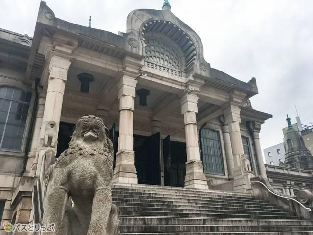 正面階段下には、迫力のある獅子像が