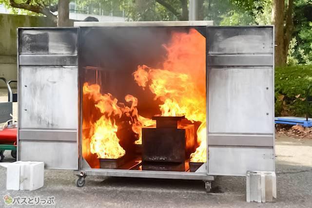 燃え上がる炎は500°Cを超える