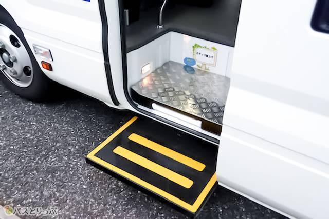 日野リエッセⅡ 車いす移動車仕様の乗車口ステップ