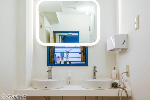 洗面台も近未来的な雰囲気