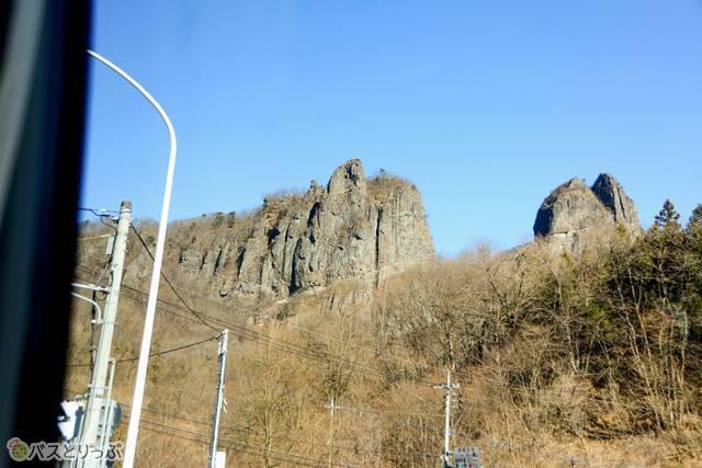 こちらに迫ってきそうな高岩の絶壁