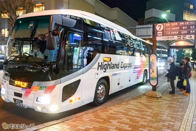 長野市発の長距離バスは、長野市西口から大通りを挟んだところにある7番のバス停を出発