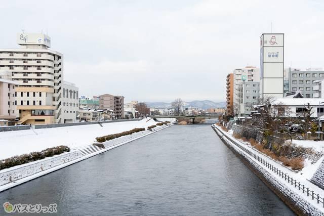 市街地を南北に流れる北上川