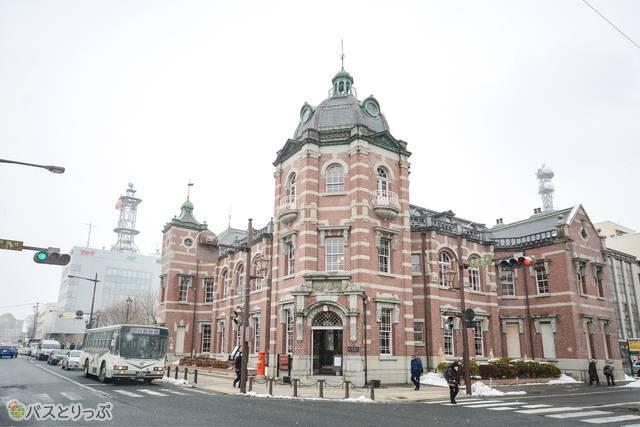 東京駅を設計した辰野金吾が手がけ、1911年(明治44)に建てられた「岩手銀行赤レンガ館」