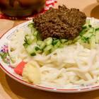 うどんのような太麺に肉味噌をからめて食べる「盛岡じゃじゃ麺」