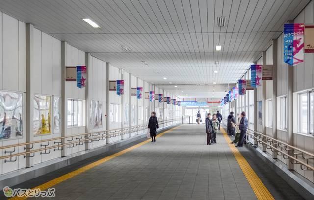 盛岡駅の線路を跨ぐ東西連絡通路