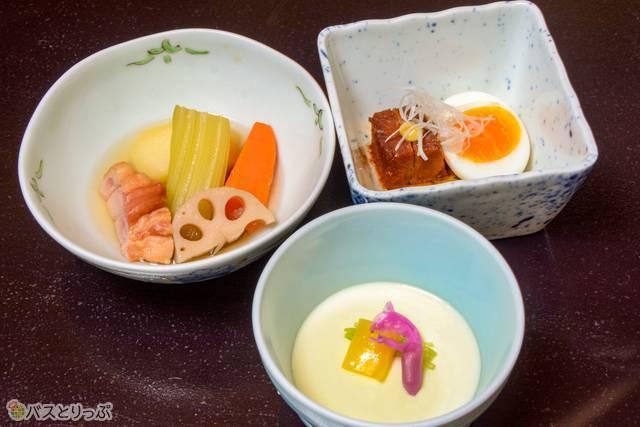 手前はゴマ豆腐、左上はホロホロ鶏の燻製と野菜の炊き合わせ、右上は豚肉の角煮