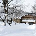 降り積もった雪に埋まってしまいそうな「峡雲荘」