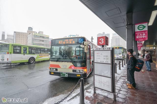 盛岡駅東口バスターミナルの3番乗り場で「松川温泉」行きのバスに乗る