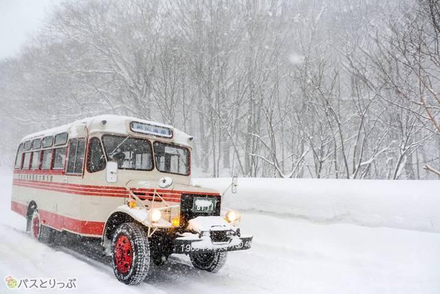 吹雪の中を駆け抜けるTSD40改型バス