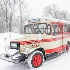 走行するボンネットバス