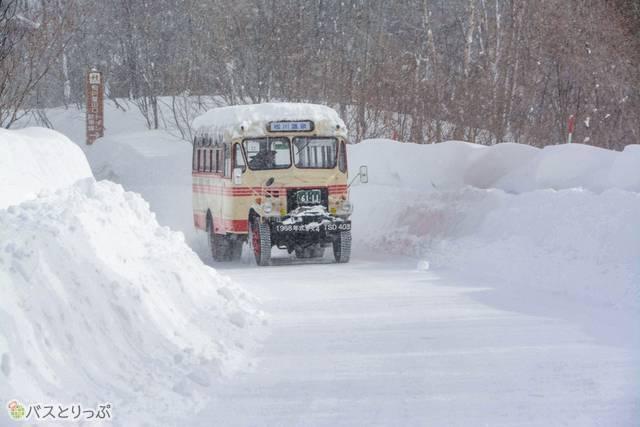 屋根に雪を積もらせながら、力強く登り道を往く