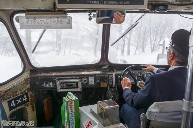 運転席からの眺め。時折り雪が舞い上がって視界が真っ白になることも