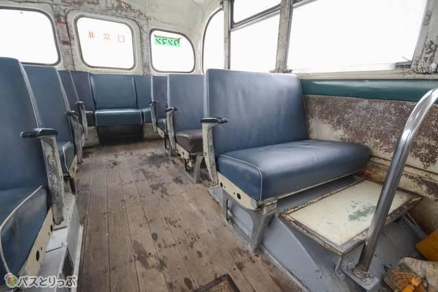 ブルーの革張りシート