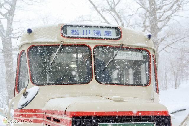 古川さんらが日替わりでボンネットバスの運行を担当している