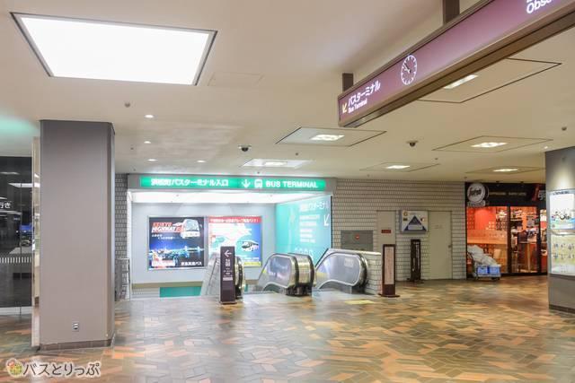本館2階からエスカレーターを下ると別館1階のバスターミナルへ
