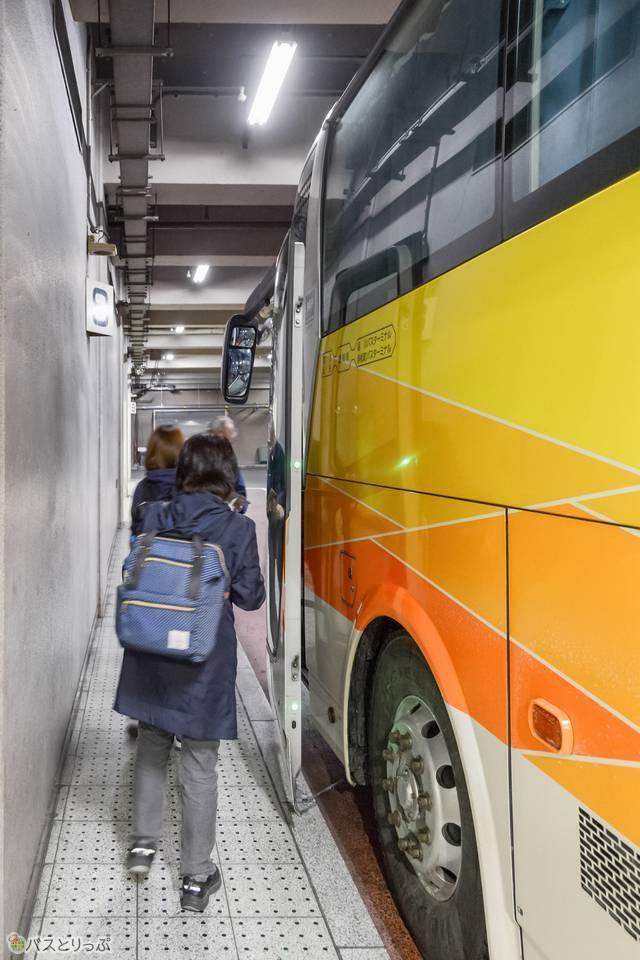 乗車チケットを確認してバスに乗ります