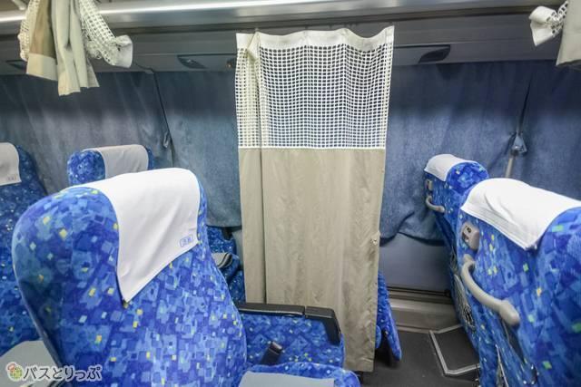 前後のカーテンとボタンで繋ぎ止めて、個室状態になる仕組み