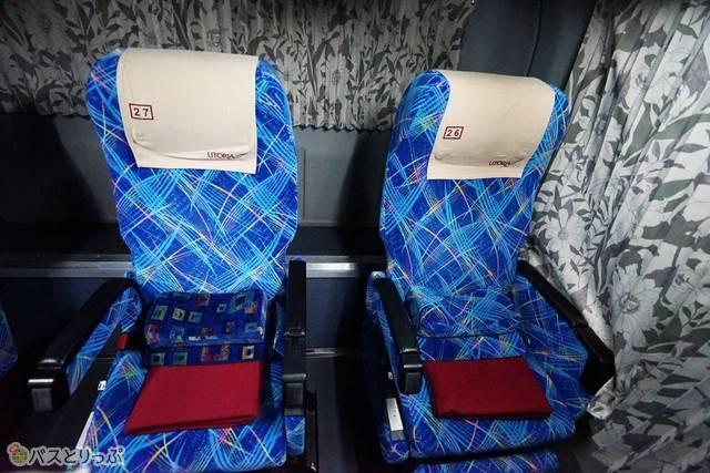 隣の座席とのスペースも確保されています